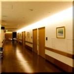 今日使える雑学~病院廊下の照明の秘密