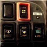 今日使える雑学~バスの運転席にある『ニーリングボタン』の秘密