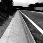 今日使える雑学~郊外の道路脇にある溝が坂になっているやさしい理由
